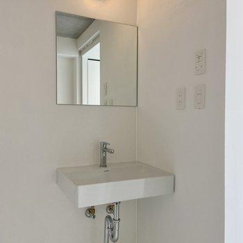 右手前にはシンプルな洗面台。ここで使うものは吊るす&浮かす収納がおすすめです。