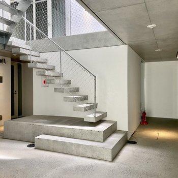 【1階 ホール】まるでデザイナーズホテルのエントランス!照明や細部にまで拘りが詰まっています。