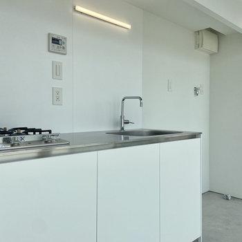 こちら側にはキッチン、冷蔵庫置き場、洗濯機置き場が並びます。