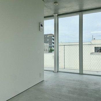 コンクリートとガラスの無機質な空間にキュンッ……!