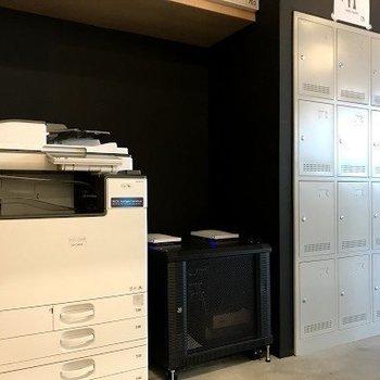 【共用部】オフィスに欠かせない複合機の他、ロッカーも完備です。