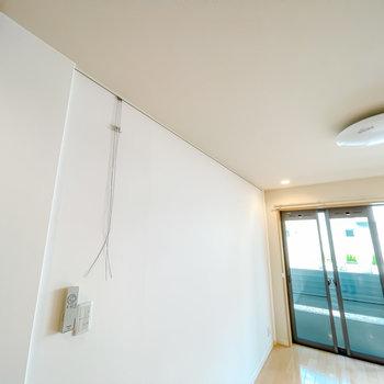 壁にはフックが。アートやドライフラワーなどを飾って。(※写真は1階の同間取り別部屋のお部屋です)
