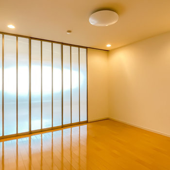 LDは8.6帖。ダウンライトの雰囲気が◎レザーソファにガラステーブルが似合いそう。(※写真は1階の同間取り別部屋のお部屋です)