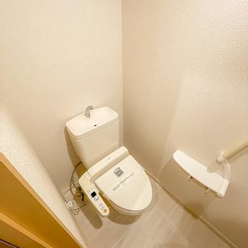 トイレはウォシュレット付き。上部には収納棚も設置されています。(※写真は1階の同間取り別部屋のお部屋です)