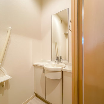 その対面にはなんと、鏡付きの手洗いまで!日々の動線が少し快適になりますね。(※写真は1階の同間取り別部屋のお部屋です)