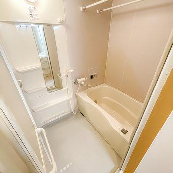 お風呂は追い焚き・浴室乾燥機付き!足を伸ばして過ごせそうな広さも嬉しい。(※写真は1階の同間取り別部屋のお部屋です)