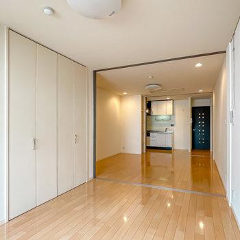 洋室とリビングダイニング、キッチンが縦に連なった間取りですが……(※写真は1階の同間取り別部屋のお部屋です)