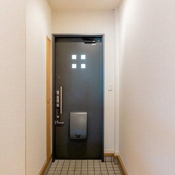 玄関も広く、大荷物の日でも出入りがしやすそう。(※写真は1階の同間取り別部屋のお部屋です)