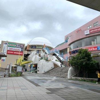 駅前には娯楽施設や薬局など。