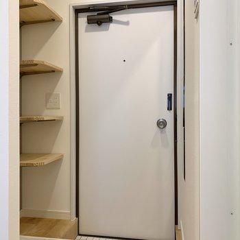 白の磁器タイルで爽やかな玄関。