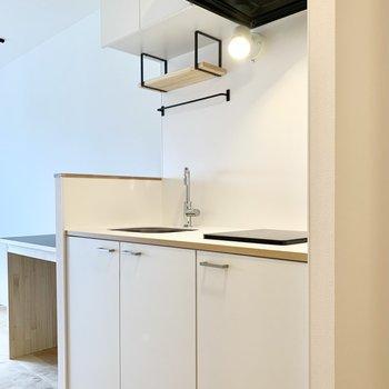 TOMOSオリジナルの白のキッチン。