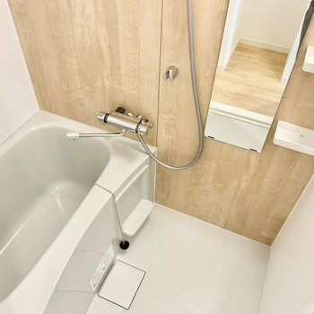お風呂のパネルもバーチの無垢床みたいな色合いで癒されます。