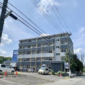 イエローが差し色の5階建てマンション。