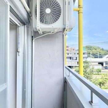 室外機は上に逃がされているので熱風が来ませんよ。