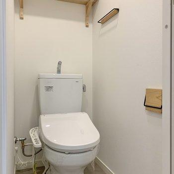 棚やペーパーホルダーにも無垢材が使われています。