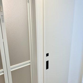 バストイレ別!トイレは引き戸で鍵もかけられます。