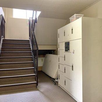 宅配ボックスは階段横に。不在時に荷物を受け取れますね。