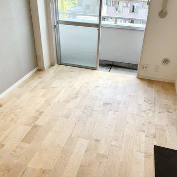 明るい色合いのバーチの無垢床です!