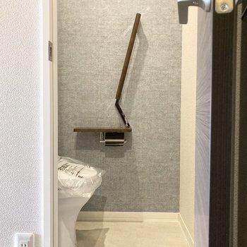 廊下に出てすぐの扉を開けるとトイレ。モダンな印象。