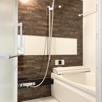 向かいにはバスルーム。浴室乾燥機つき◎