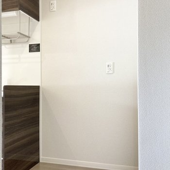 隣のスペースには冷蔵庫やレンジなどが置けますよ。