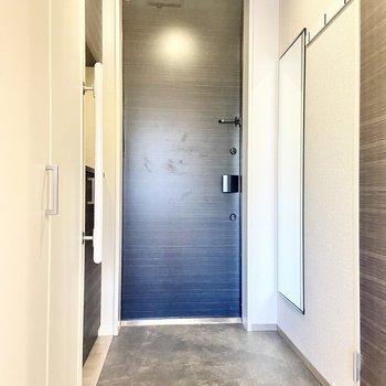 段差のない玄関。マットブラックがクールです。(※写真は2階の同間取り別部屋のものです)