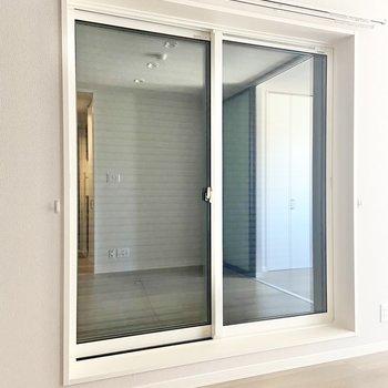 【LDK】窓にはシャッターが降ろせますよ。(※写真は2階の同間取り別部屋のものです)