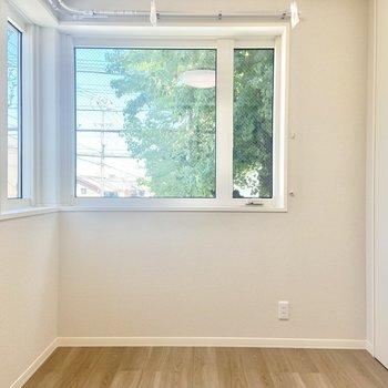 【洋室】2面採光で、緑も見えるなんて◎(※写真は2階の同間取り別部屋のものです)