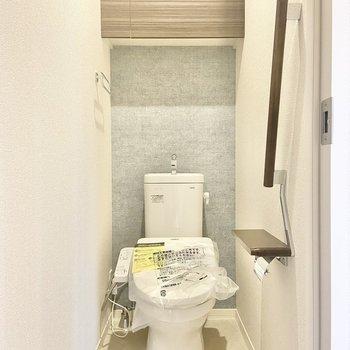 トイレは玄関横に。(※写真は2階の同間取り別部屋のものです)