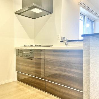 【LDK】モダンなダークブラウンのキッチン。(※写真は2階の同間取り別部屋のものです)