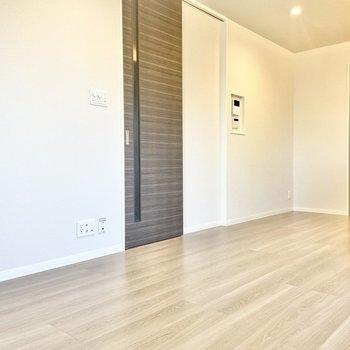 【LDK】背が高く細長い扉がスタイリッシュ。(※写真は2階の同間取り別部屋のものです)