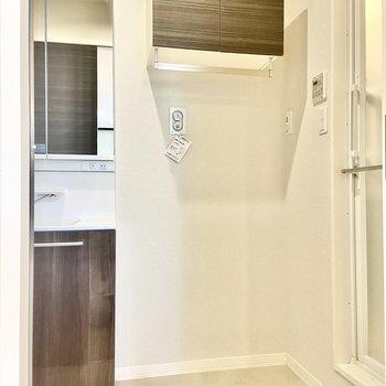 隣には棚付きの洗濯機置き場。(※写真は2階の同間取り別部屋のものです)