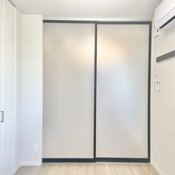 【洋室】洋室へ。こちらは約3.8帖。(※写真は2階の同間取り別部屋のものです)
