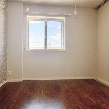 【洋室】お隣の洋室にも南向きの窓があります。