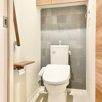 サニタリールームの隣にトイレがあります。木のブラウンとクールなグレーのクロスが◎