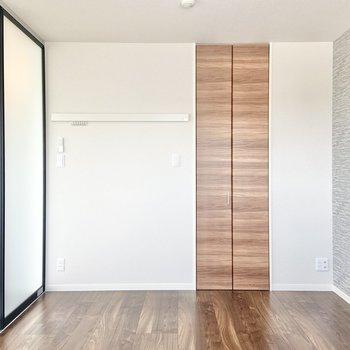 【洋室】広さは約6.4帖。大きなベッドが置けますね!