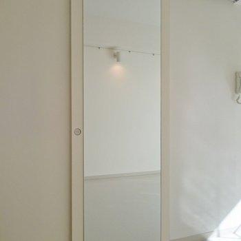 全身鏡がドアにぺったり!(※写真は2階の同間取り別部屋のものです)