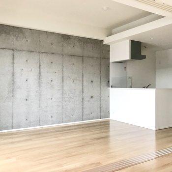 コンクリ打ちっぱなしと白のキッチン。絵になりますね(※写真は5階の同間取り別部屋のものです)