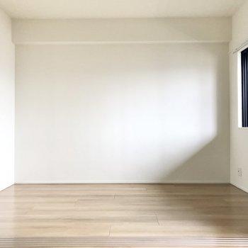 お隣の洋室は5.1帖。ワイドな空間なので大きめのベッドも置けますね(※写真は5階の同間取り別部屋のものです)