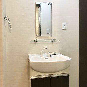 シンプルな独立洗面台付き!左右のスペースにはラックを置きたいなぁ