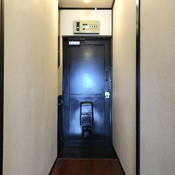 玄関扉も黒で統一感ありますね