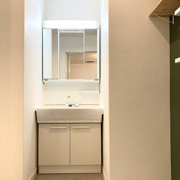 洗面台は鏡が大きくて明るい!
