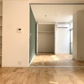 廊下側にも可動棚があったり、細やかな気配り!
