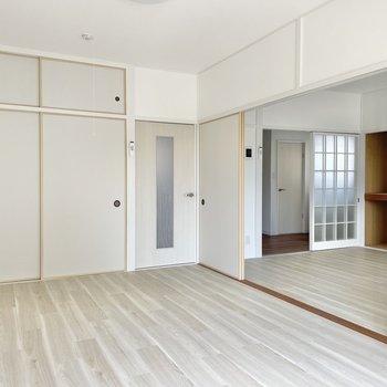 〈浴室側の洋室〉ベッドを置くスペースもしっかりあります。お布団でももちろんOK!