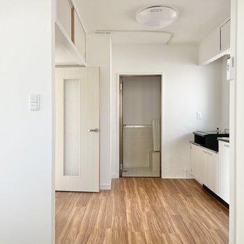 〈浴室側〉お次は水回り。キッチン周りはゆったりめ。嬉しい♪