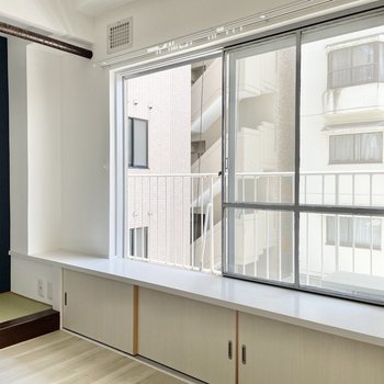 〈玄関側の洋室〉窓からは心地よい風が吹いてきます。ちょこんと座って、縁側のように使うのもいいな。