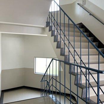 お部屋までは階段です。天井高&横幅があるので引っ越しはスムーズ!