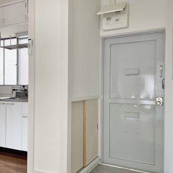 玄関はグレー。ペンキのような色が好き。