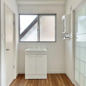 洗面台はピカピカ!隣に鏡があります。