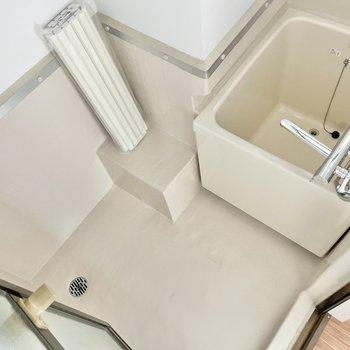 浴室は少しレトロ。だけど、サーモ水栓で温度調節は楽ちんです。